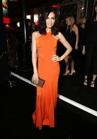 Как и с чем носить: оранжевое вечернее платье, темно-коричневый кожаный клатч, серебряное кольцо