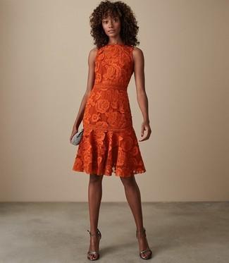 Как и с чем носить: оранжевое кружевное платье с пышной юбкой, серебряные кожаные босоножки на каблуке, серебряный клатч с украшением