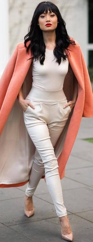 Модный лук: Оранжевое пальто, Белая майка, Белые брюки-галифе, Бежевые кожаные туфли