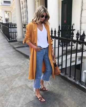 Темно-коричневые кожаные сандалии на плоской подошве: с чем носить и как сочетать: Оранжевое пальто дастер и синие джинсы прочно закрепились в гардеробе многих барышень, позволяя создавать роскошные и стильные луки. Такой ансамбль легко приспособить к повседневным реалиям, если завершить его темно-коричневыми кожаными сандалиями на плоской подошве.