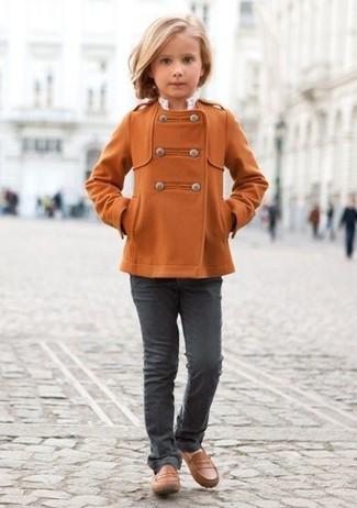 Как и с чем носить: оранжевое пальто, темно-серые джинсы, коричневые лоферы