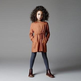 Как и с чем носить: оранжевое платье в горошек, темно-коричневые кожаные ботинки, темно-серые колготки