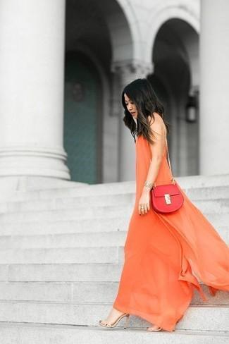 Модный лук: Оранжевое шифоновое платье-макси, Бежевые кожаные босоножки на каблуке, Красная кожаная сумка через плечо, Золотой браслет