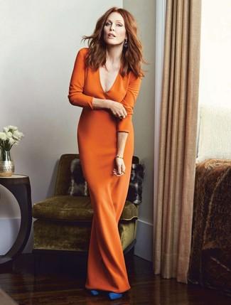 Как и с чем носить: оранжевое платье-макси, синие замшевые туфли