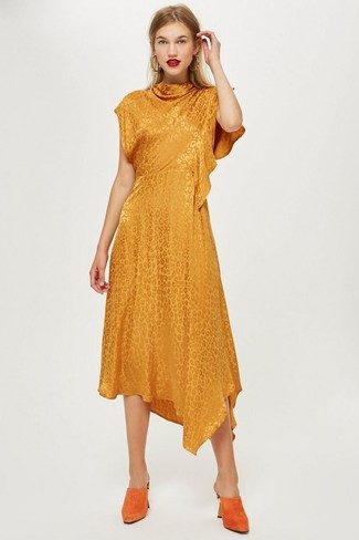 Как и с чем носить: оранжевое платье-миди, оранжевые замшевые сабо, золотые серьги