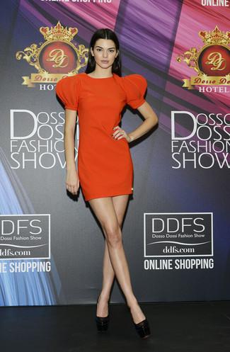 Модный лук: Оранжевое платье прямого кроя, Черные кожаные массивные туфли