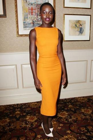 Как Lupita Nyong'o носит Оранжевое платье-футляр, Белые кожаные туфли