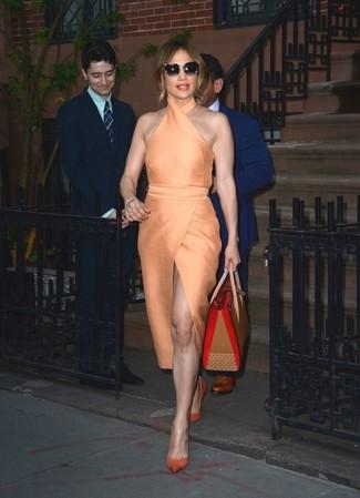 Оранжевое платье-футляр — прекрасный вариант для создания образа в стиле smart casual. Оранжевые замшевые туфли — хороший вариант, чтобы завершить образ.