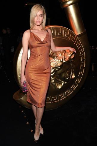 Как и с чем носить: оранжевое платье-футляр с пайетками, бежевые кожаные туфли, разноцветный клатч с украшением