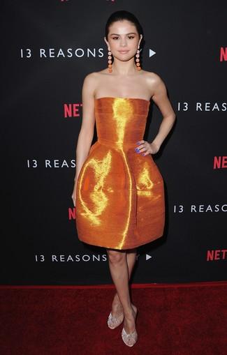 Как и с чем носить: оранжевое сатиновое платье с пышной юбкой, бежевые бархатные сабо, оранжевые серьги