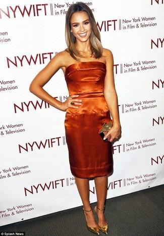 Как и с чем носить: оранжевое сатиновое платье-футляр, золотые кожаные туфли, золотой клатч