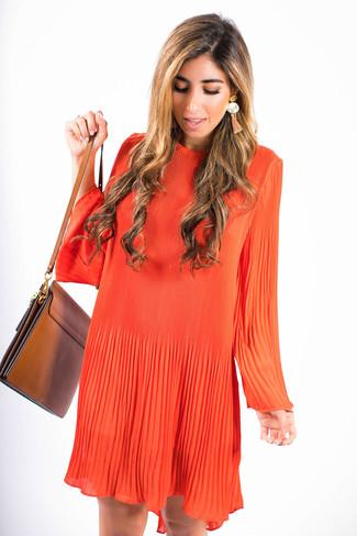 Как и с чем носить: оранжевое свободное платье, коричневая кожаная сумка через плечо, оранжевые серьги