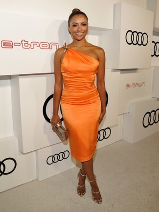 Как Kat Graham носит Оранжевое шелковое платье-футляр, Золотые кожаные босоножки на каблуке, Золотой клатч