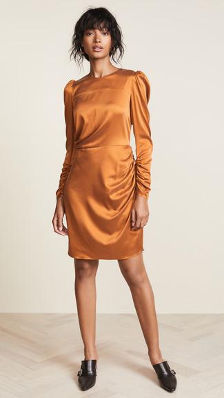 Как и с чем носить: оранжевое шелковое платье-футляр, черные кожаные сабо