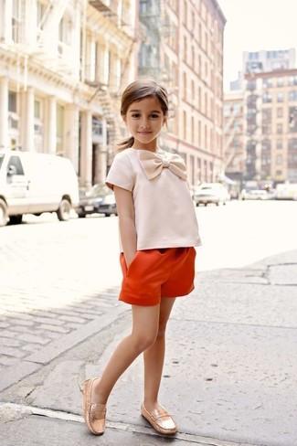 Как и с чем носить: оранжевые шорты, золотые лоферы