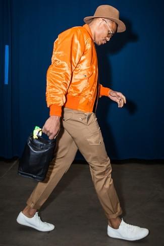 Как и с чем носить: оранжевый бомбер, коричневые брюки чинос, белые кожаные низкие кеды, коричневая шерстяная шляпа