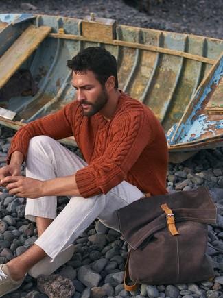 Как и с чем носить: оранжевый вязаный свитер, белые брюки чинос в горизонтальную полоску, бежевые замшевые низкие кеды, темно-коричневый рюкзак