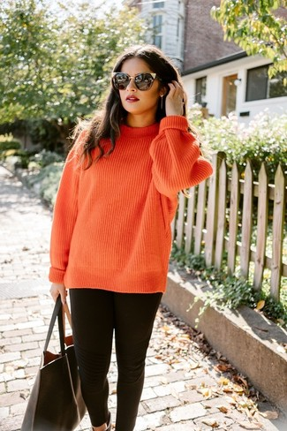 Как и с чем носить: оранжевый вязаный вязаный свитер, черные леггинсы, черная кожаная большая сумка, черные солнцезащитные очки