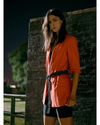Как и с чем носить: оранжевый пиджак, черная майка, черные велосипедки, черный замшевый ремень с шипами