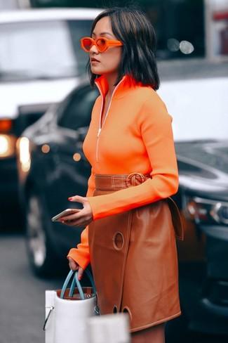Как и с чем носить: оранжевый свитер с воротником на молнии, табачная кожаная юбка-карандаш, белая кожаная большая сумка, оранжевые солнцезащитные очки