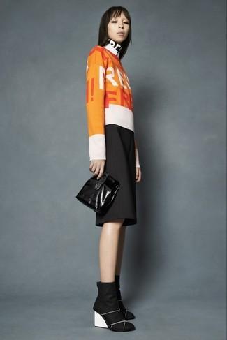 Как и с чем носить: оранжевый свитер с круглым вырезом с принтом, черные брюки-кюлоты, черные замшевые ботильоны на танкетке, черный кожаный клатч