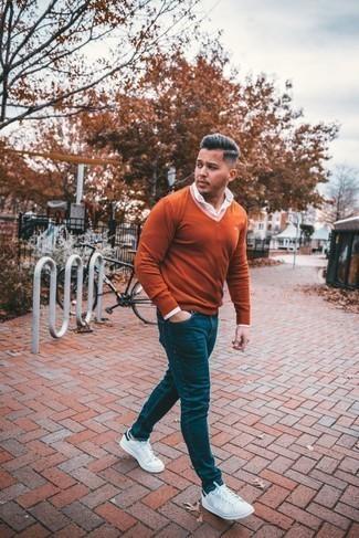 С чем носить темно-синие джинсы мужчине: Собираясь в вечера в кино или кафе с девушкой, обрати внимание на дуэт оранжевого свитера с v-образным вырезом и темно-синих джинсов. Вкупе с этим ансамблем чудесно выглядят бело-темно-синие кожаные низкие кеды.