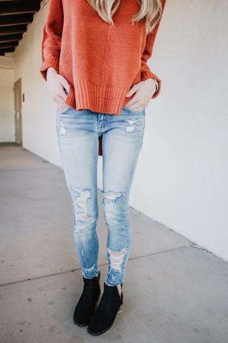 Как и с чем носить: оранжевый свободный свитер, голубые рваные джинсы скинни, черные замшевые ботинки челси, серебряные часы