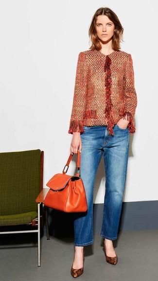 Как и с чем носить: оранжевый твидовый жакет, синие джинсы, коричневые кожаные туфли со змеиным рисунком, оранжевая кожаная сумка-саквояж