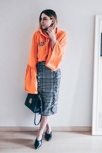 Как и с чем носить: оранжевый худи с принтом, серая юбка-карандаш в шотландскую клетку, черные кожаные туфли, черная кожаная сумка через плечо