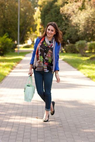 Как и с чем носить: синий кожаный открытый жакет, черная блуза на пуговицах с цветочным принтом, темно-синие джинсы скинни, черные кожаные балетки