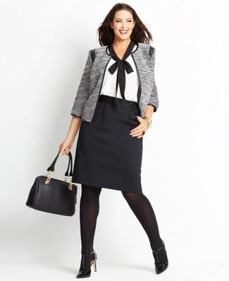 Как и с чем носить: серый открытый жакет, бело-черная блуза с коротким рукавом, черная юбка-карандаш, черные кожаные туфли
