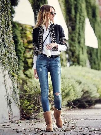 Как и с чем носить: черный открытый жакет с украшением, белая классическая рубашка, синие рваные джинсы скинни, коричневые угги