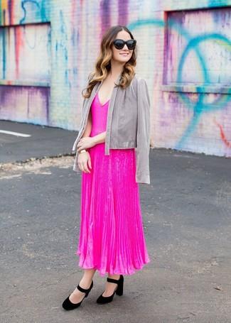 Как и с чем носить: серый открытый жакет, ярко-розовое платье-миди со складками, черные замшевые туфли, черные солнцезащитные очки