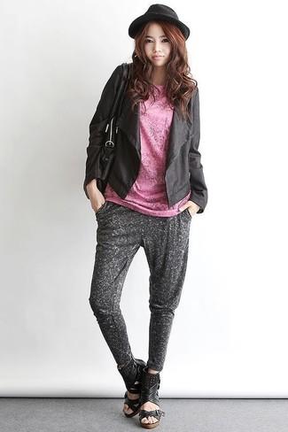 Как и с чем носить: черный кожаный открытый жакет, розовая футболка с круглым вырезом, темно-серые спортивные штаны, черные кожаные босоножки на танкетке