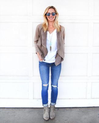 Как и с чем носить: серый кожаный открытый жакет, белая футболка с v-образным вырезом, синие рваные джинсы скинни, серые замшевые ботильоны