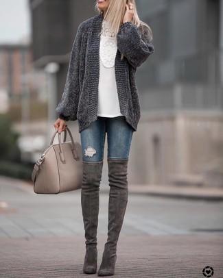 Как и с чем носить: темно-серый вязаный открытый кардиган, белая блузка с длинным рукавом крючком, темно-синие рваные джинсы скинни, темно-серые замшевые ботфорты