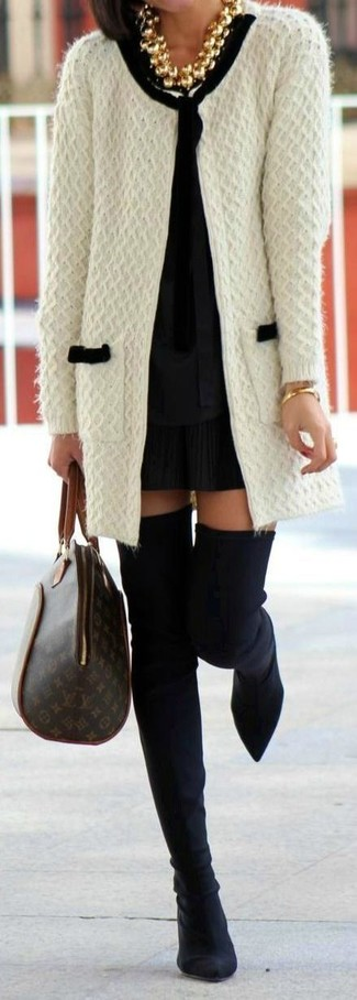 Как и с чем носить: белый вязаный открытый кардиган, черная блузка с длинным рукавом, черная мини-юбка со складками, черные замшевые ботфорты