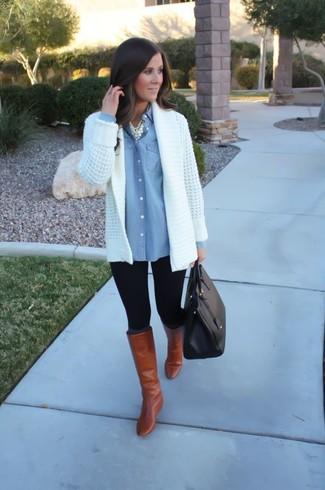 Как и с чем носить: белый вязаный открытый кардиган, голубая джинсовая рубашка, черные леггинсы, табачные кожаные сапоги