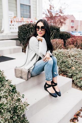 Как и с чем носить: серый открытый кардиган, голубые рваные джинсы, черные кожаные балетки, серая кожаная стеганая сумка через плечо