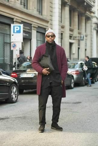 Черный шарф: с чем носить и как сочетать мужчине: Если день обещает быть суматошным, сочетание темно-красного открытого кардигана и черного шарфа поможет создать удобный образ в стиле кэжуал. В сочетании с черными замшевыми ботинками челси такой образ выглядит особенно выгодно.