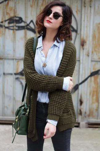 Как и с чем носить: оливковый вязаный открытый кардиган, голубая классическая рубашка, темно-серые джинсы скинни, темно-зеленая кожаная сумка через плечо