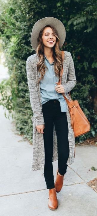 Как и с чем носить: серый открытый кардиган, голубая классическая рубашка из шамбре, черные джинсы скинни, светло-коричневые кожаные ботильоны