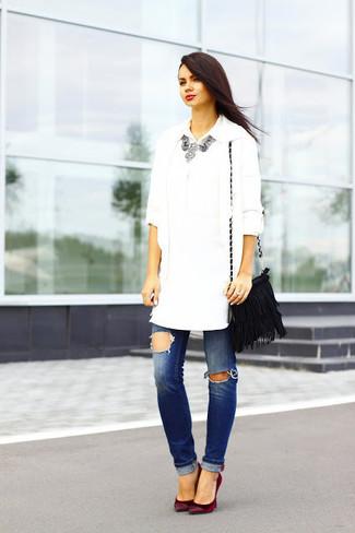 Как и с чем носить: белый открытый кардиган, белая классическая рубашка, синие рваные джинсы, темно-красные замшевые туфли