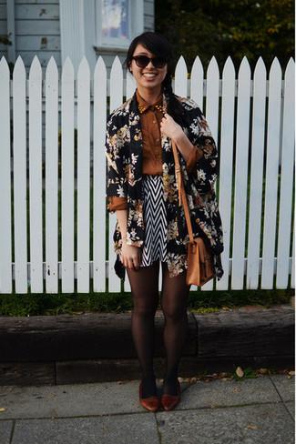 Как и с чем носить: черный открытый кардиган с цветочным принтом, коричневая классическая рубашка, черно-белая короткая юбка-солнце с узором зигзаг, коричневые кожаные балетки