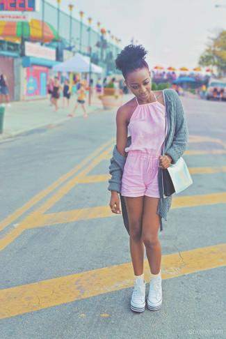 Как и с чем носить: серый вязаный открытый кардиган, розовый комбинезон с шортами, белые высокие кеды из плотной ткани, серебряная кожаная сумка через плечо