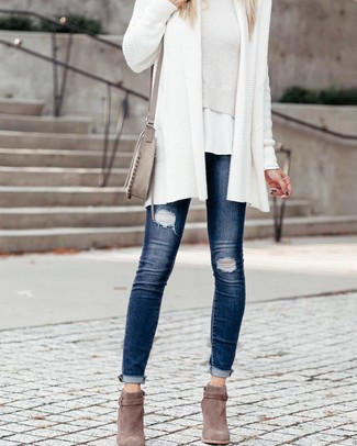 Как и с чем носить: белый вязаный открытый кардиган, белый короткий свитер, белая футболка с круглым вырезом, темно-синие рваные джинсы скинни