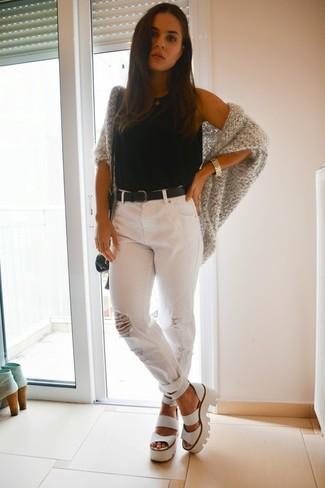 Как и с чем носить: серый вязаный открытый кардиган, черная майка, белые рваные джинсы-бойфренды, белые кожаные массивные босоножки на каблуке