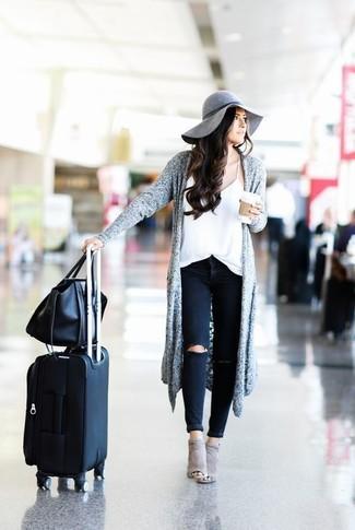 В сером открытом кардигане и черных рваных джинсах скинни можно пойти на свидание или провести выходной день, когда в программе культурное мероприятие. Очень стильно здесь будут смотреться серые замшевые ботильоны с вырезом.