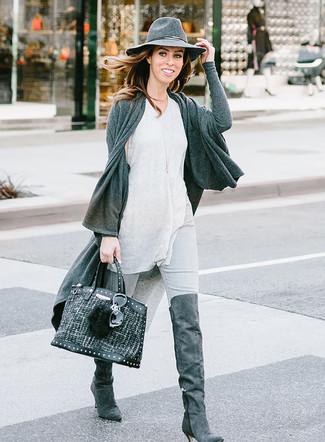 Как и с чем носить: темно-серый открытый кардиган, серая майка, серые джинсы скинни, темно-серые замшевые ботфорты