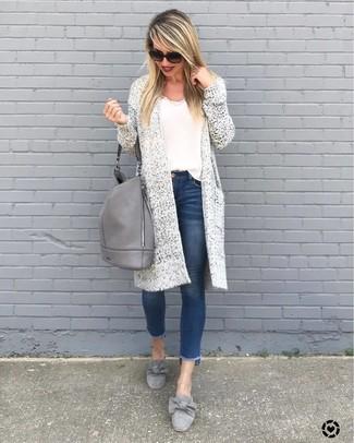 Как и с чем носить: белый вязаный открытый кардиган, белая майка, синие джинсы скинни, серые замшевые лоферы